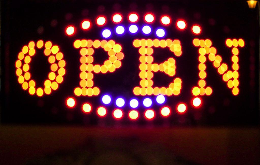 Questa immagine ha l'attributo alt vuoto; il nome del file è open-neon-sign-CUTBTDD-1024x650.jpg